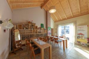 Tische mit Stühlen, Raum für Weinverköstigung, Spiegel, Weinflaschen
